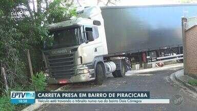 Carreta fica 'entalada' ao fazer curva em rua no bairro Dois Córregos, em Piracicaba - Motorista relatou que GPS o levou para o trecho, e quando ele percebeu, não era possível continuar a curva. O veículo é de Santa Catarina.