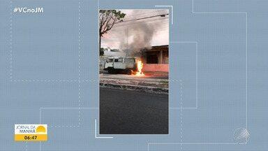 Kombi pega fogo e causa susto na Avenida Suburbana, em Salvador - O fogo foi contido pelo Corpo de bombeiros