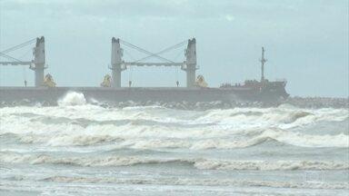 Ondas passam dos 4 metros e porto de Rio Grande, RS fecha por mais de 24h - Ciclone começa a perder força e a se afastar, mas ainda há risco de ressaca, até o RJ.