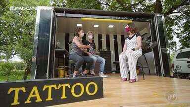 Tatuagens transformam cicatrizes em arte - Descubra uma história emocionante sobre tatuagem! Edlaine Garcia conheceu o projeto Tattoo Truck Tour, no qual mãe e filho rodam o Brasil tatuando cicatrizes a fim de ressignificar a dor deixada por um trauma.