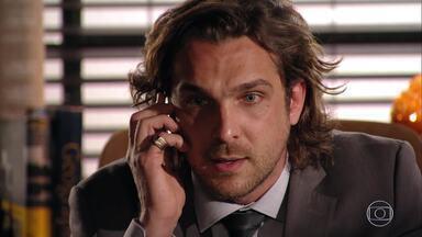 Alberto busca uma forma de reaver a mina que vendeu a Duque e Cassiano - Yvete adverte o patrão sobre a quantidade de reuniões canceladas