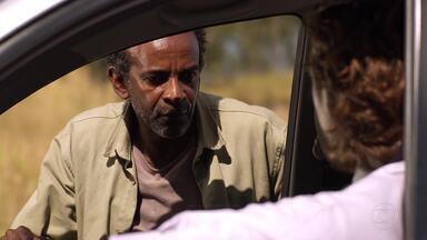 Alberto ameaça Silvestre e sua família - Ele se desespera ao ouvir que o mineiro pensa em desistir de sabotar a mina