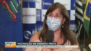 Ribeirão Preto, SP, prevê imunizar até 5 mil idosos com 90 anos ou mais contra a Covid-19 - Campanha de vacinação começa na segunda-feira (8).