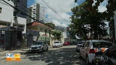 Rua José de Alencar tem trânsito bloqueado, no Centro do Recife - Obra de um hospital privado está sendo realizada no local.