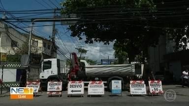 Rua na Zona Sul do Recife é interditada para obra de manutenção da Compesa - Rua Tomé Gibson é a via afetada.