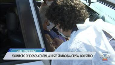 Idosos recebem vacina na capital - Idosos recebem vacina contra Covid-19.