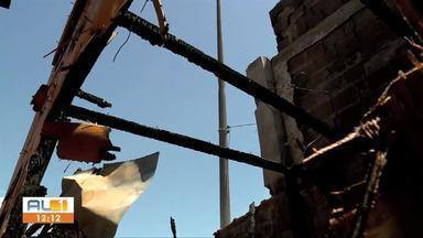 Incêndio destrói barracas do Mercado da Produção de Maceió - Chamas atingiram 11 barracas durante a madrugada.