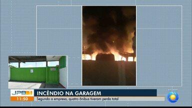 Incêndio atinge garagem de ônibus e quatro veículos tem perda total, em João Pessoa - Uma perícia vai indicar a causa do incêndio