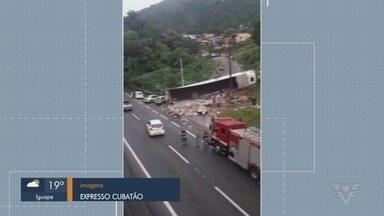 Moradores saqueiam carga de refrigerantes de caminhão tombado em Cubatão - Motorista alegou que perdeu o controle do veículo após ficar sem freio na Via Anchieta.