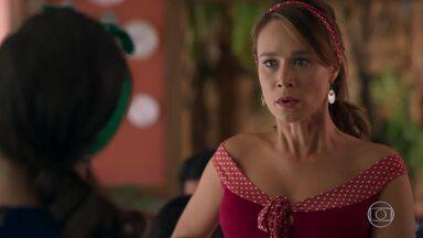 Tancinha não gosta de saber que Apolo levou Tamara para viajar - Larissa revela a verdade para a feirante