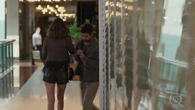 Camila acusa Leozinho e o chama de bandido - O marido de Fedora tenta convencê-la de que é inocente