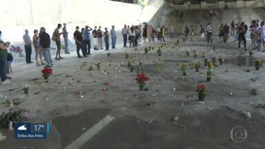 Protesto coloca flores no lugar de pedras debaixo de viaduto - Uma manifestação colocou flores debaixo do viaduto onde a prefeitura havia colocado paralelepípedo para afastar moradores sem teto.
