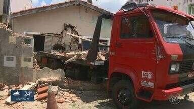 Caminhão destrói muro de casa e deixa criança ferida em Campinas - Veículo perdeu os freios e invadiu residência no bairro Jardim Campos Elíseos. Menino de oito anos teve apenas arranhões no rosto.
