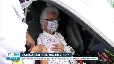 Barra Mansa inicia vacinação em idosos com mais de 90 anos - Neste sábado, foram imunizados 369 idosos, através do sistema drive-thru, no pátio da prefeitura.
