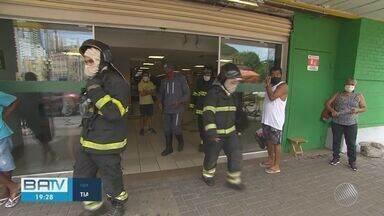 Lanchonete de supermercado pega fogo no bairro do Chame-Chame, em Salvador - Situação foi controlada na manhã deste sábado (6). Não houve feridos.
