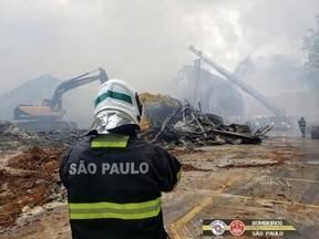 Bombeiros trabalham no rescaldo de incêndio em São José - Bombeiros já trabalham há 14 horas em supermercado após incêndio.
