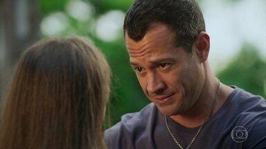 Capítulo de 06/02/2021 - Apolo se compromete a cuidar de Carol e de seus irmãos e aconselha que ela mantenha segredo sobre a morte de Afonso. Tancinha não gosta de saber que Apolo levou Tamara para viajar com Carol e os irmãos. Leozinho tenta convencer Camila de que ela está enganada ao chamá-lo de bandido. Giovanni afirma a Aparício que Camila precisa saber que eles estavam juntos.