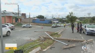 Acidente deixa trânsito lento em avenida de Aparecida de Goiânia - Carro bateu em um poste na madrugada desta terça (9).