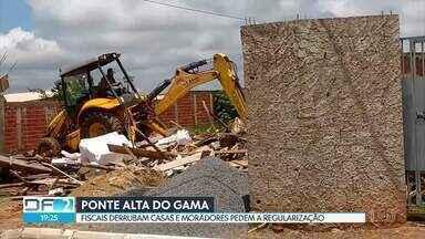 Moradores protestam contra derrubada e pedem regularização da Ponte Alta no Gama - Segundo o DF Legal, os fiscais cumpriram uma ordem da Justiça que determinou a retirada das novas obras e construções na região.