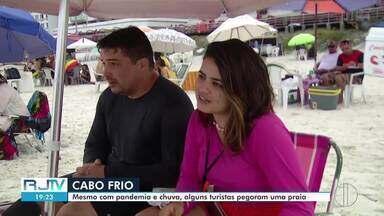 Mesmo com tempo chuvoso, turistas curtem a praia em Cabo Frio, no RJ - Após dias de muito sol e calor, tempo virou na última quinta-feira (4).
