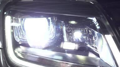 Faróis e direção noturna - Para trocar os as lâmpadas dos faróis precisa regular