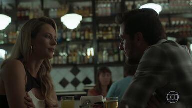 Jeiza pergunta a Caio sobre seu envolvimento com Bibi - Aurora tenta despistar a filha sobre cartão de Selminha. Cândida avisa a Jeiza que Bibi está na Estudantina