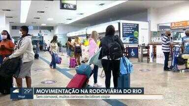 Sem carnaval, cariocas decidem viajar no feriado - Rodoviária do Rio tem manhã movimentada na véspera do feriado.