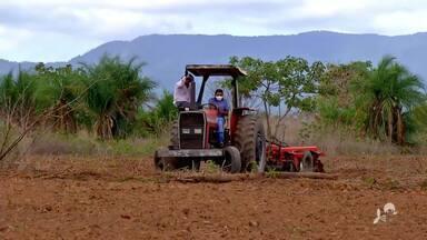 Agricultores de Itaitinga usam trator para preparar a terra para o plantio - Saiba mais em g1.com.br/ce