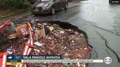 Moradores denunciam que asfalto de rua de Santa Luzia está destruído - Eles precisaram encher os buraco de entulho pra conseguir passar.