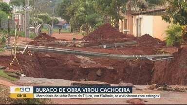 Buraco de obra se transforma em cachoeira com forte chuva, em Goiânia - Segundo moradores, prefeitura deixou valas abertas para drenagem, que ficaram alagadas com a chuva.