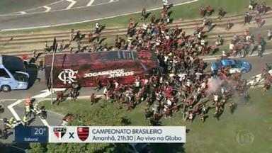 Torcida do Flamengo faz festa e provoca aglomeração no embarque do time para São Paulo - Elenco rubro-negro já está concentrado em hotel para o duelo decisivo amanhã contra o São Paulo, no Morumbi. O Flamengo só depende de si para ser campeão Brasileiro.