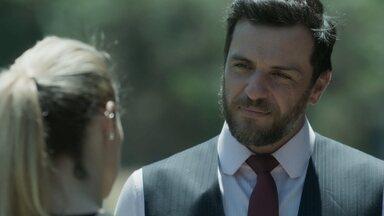 Jeiza encurrala Caio sobre noivado do passado - Advogado encontra a namorada no batalhão e escuta o que não quer