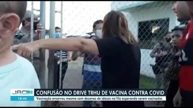Demora em filas causa aglomeração e reclamação em drive trhu de vacinas contra a Covid - Demora em filas causa aglomeração e reclamação em drive trhu de vacinas contra a Covid