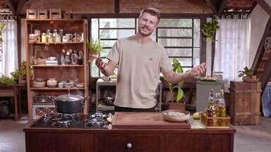Pia e Salada de batatas com camarões - Rodrigo faz pia na oficina reutilizando peça antiga. Na cozinha prepara salada de batatas com camarões e palha de casca de batata com molho hollandaise aproveitando o máximo dos ingredientes.