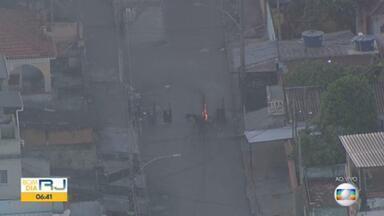 Polícia Militar faz operação no Morro da Serrinha e criminosos colocam fogo em barricadas - Imagens do Globocop mostraram uma mulher com uma criança no colo correndo por ruas da comunidade, enquanto PMs com fuzis correm bem perto do local.