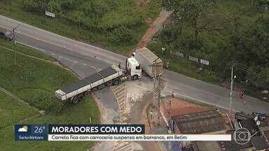 Carreta fica com carroceria pendurada em barranco - O acidente foi em Betim, nano início da manhã desta terça-feira (09)