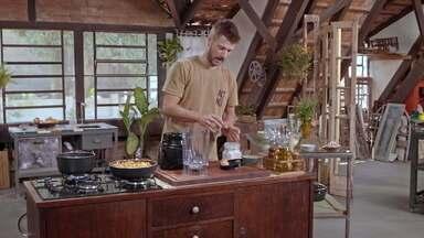 Mesa e Pururuca Crocante - Rodrigo transforma móvel antigo em uma mesa e na cozinha prepara pururuca crocante com pele de bacon, maionese de clara de neves e torta de liquidificador de pernil reaproveitando ingredientes.