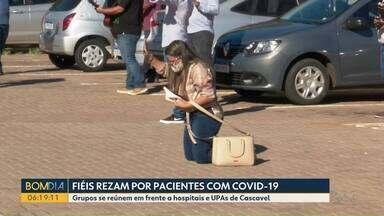 Fiéis rezam por pacientes com Covid em Cascavel - Grupos se reúnem em frente a hospitais e UPAs da cidade.