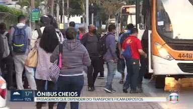 Sem alternativa, passageiros ainda enfrentam aglomeração no transporte público do DF - Sem lockdown mais amplo, população se arrisca diariamente para ir ao trabalho em ônibus lotados.
