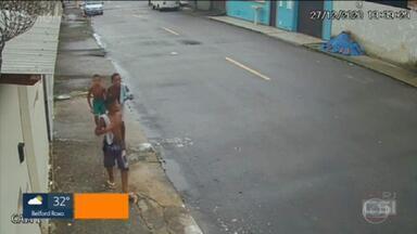Câmeras de segurança mostram os três meninos desaparecidos em Belford Roxo andando em bairro vizinho - A nova pista pode ajudar a solucionar o desaparecimento, que já dura quase três meses. Imagem mostra o momento em que as crianças, de 11, 10 e oito anos, passaram por rua em um bairro vizinho.