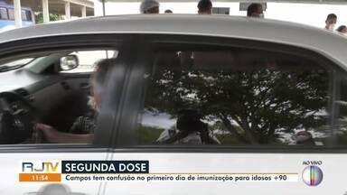 Campos tem confusão no primeiro de imunização para idosos com mais de 90 anos - Fila quilométrica se formou na porta da unidade de vacinação na UENF.