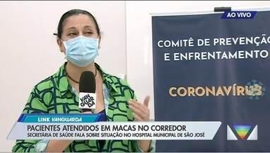 Secretária de Saúde de São José responde sobre pacientes em macas no corredor - Ele também atualizou situação da Covid-19 na cidade.