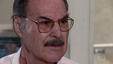 Paschoal discute com Capitu - Capitu tenta convencer o pai que ela não poderia deixar Simone desabrigada