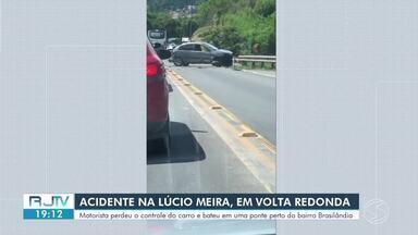 Motorista perde o controle do carro e bate em estrutura de ponte na Lúcio Meira, em Volta - Acidente aconteceu no início da tarde, na altura do bairro Brasilândia. Segundo a Polícia Rodoviária Federal, condutor do veículo deixou o local antes da chegada dos agentes.
