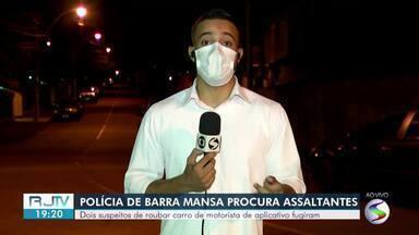 Bandidos roubam carro de motorista de aplicativo e trocam tiros com a PM em Barra Mansa - Criminosos tomaram o veículo da vítima no bairro São Luís e fugiram em direção ao Boa Sorte. Após tiroteio, assaltantes tentaram fugir correndo, mas dois foram alcançados.