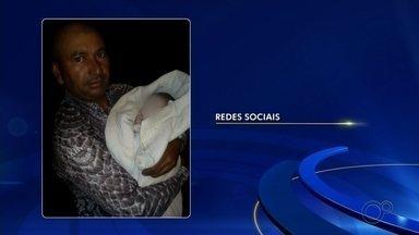 Polícia Civil investiga abandono de recém-nascido em Macatuba - A Polícia Civil abriu um inquérito de abandono de incapaz e tenta localizar a mãe do recém-nascido que foi abandonado em uma rua do Jardim Bocaiuva, em Macatuba (SP), na madrugada desta sexta-feira (12). O bebê, que é um menino, foi encontrado ainda com o cordão umbilical e sujo de sangue e placenta por um morador.