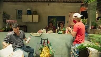 Lurdes recebe ajuda dos filhos para cumprir promessa - Magno proíbe a mãe de sair de casa
