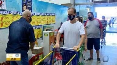 Supermercados registram queda no fluxo de clientes - Estabelecimentos voltaram a abrir neste domingo (21).