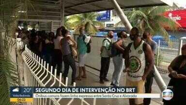 BRT têm filas e falta de ônibus no segundo dia da intervenção da prefeitura do Rio - Nesta quarta-feira (24), na estação de Santa Cruz, a fila é grande pela falta dos ônibus articulados do BRT.