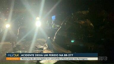 Acidente deixa uma pessoa ferida na BR-277 - Motorista do carro bateu em caminhão e ficou presa nas ferragens.